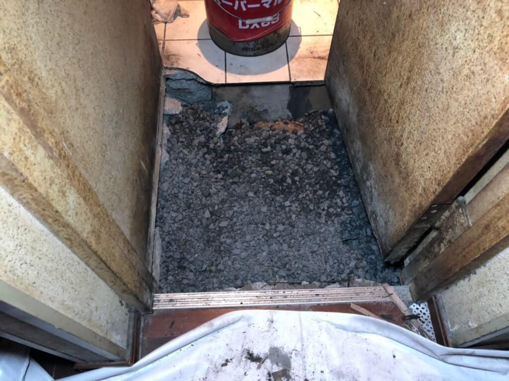 ネズミ駆除床侵入口